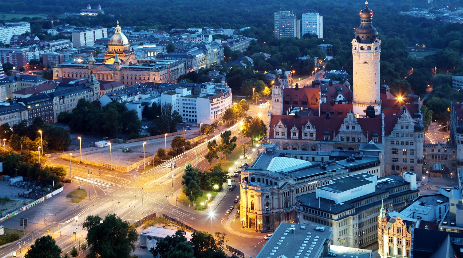 Stadt Leipzig bei Nacht mit Rathaus