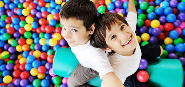 Kinder im Bällebad Indoor Spielplatz
